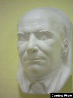 Посмертная маска Андрея Белого из коллекции Павла Глобы (фото: Иван Толстой)