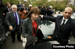 6 июля 2005 года. Джудит Миллер отправляется в тюремную камеру за отказ назвать суду свои источники.