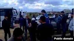 Российская полиция задерживает крымских татар после пятничной молитвы в поселке Молодежное под Симферополем. 6 мая 2016 года.
