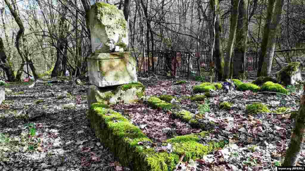 На околиці Морозівки – невеликий, але старий цвинтар. Серед могил можна знайти поховання XVIII-XIX століть, багато написів грецькою мовою. Перед першим виселенням в Алсу жило близько 300 осіб, у 1920-і роки – близько 150. Зараз тут живе 50 осіб