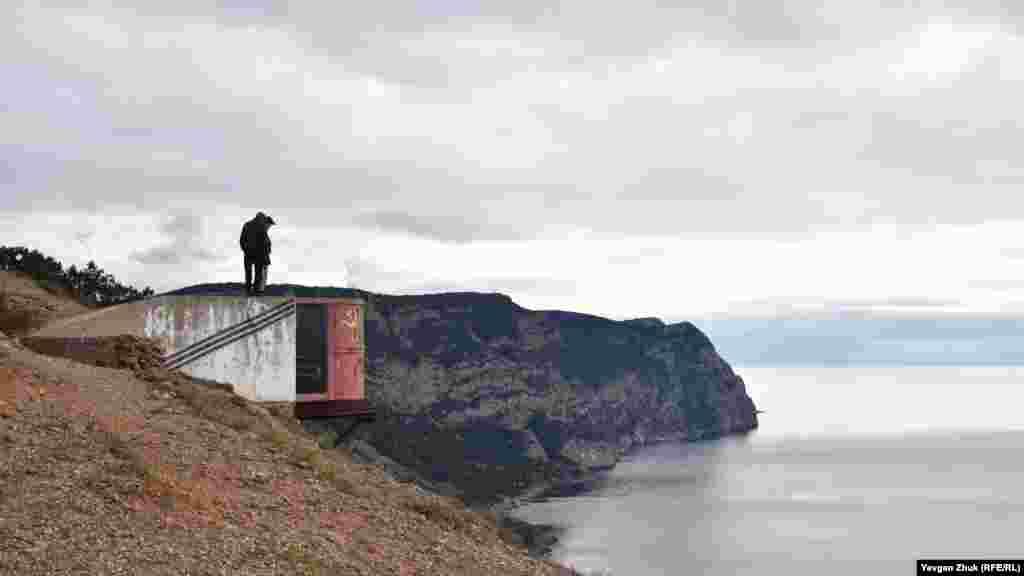 Залізна «бочка», що висить на скелі над проваллям, – діаметром 1,8 метра і висотою 2 метри – висотний спостережний пункт часів Першої світової війни