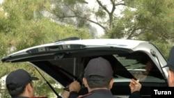 Polis avtomobildən qara örtüklər-plyonkalar və pərdələrin sökülməsini davam etdirir