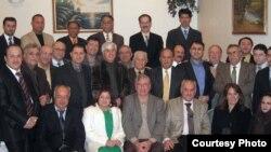 صورة للمشاركين في الاجتماع، بينهم القنصل العام لؤي بشار نوري (الثالث من اليمين في الصف الأول) ورئيس لجنة التنسيق نبيل رومايا (الثالث من اليسار في الصف الأول).