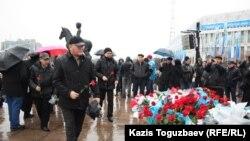 На возложении цветов в память о событиях декабря 1986 года в Алматы и декабря 2011 года в Жанаозене. Алматы, 16 декабря 2013 года.