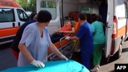 Врачи работают с пострадавшими во время теракта в Бургасе. 18 июля 2012 г