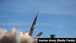 O rachetă de tip Sayyad 2, lansată de forțele iraniene la un exercițiu militar recent, 5 noiembrie 2018
