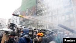 Участники антиправительственных протестов в Киеве, где продолжается противостояние демонстрантов с милицией. 22 января 2014 года.