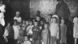 Представительница квакеров в приёмнике для голодающих детей в Самаре. 1921–1922 гг.