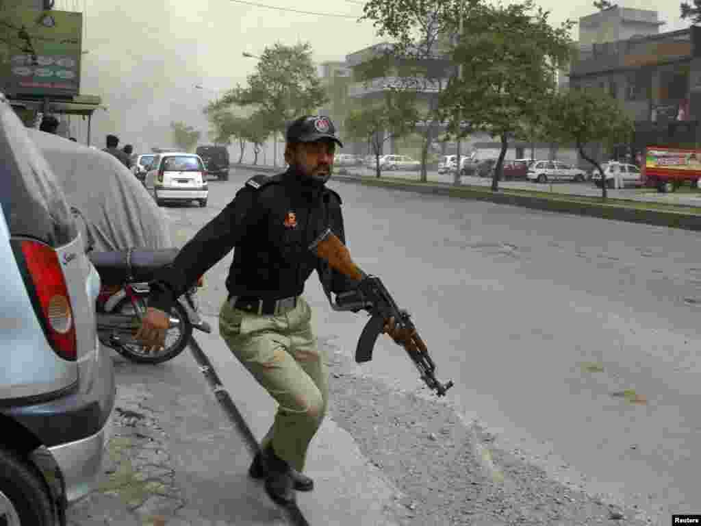По данным государственного информационного агентства Пакистана, два взрыва произошли у двух мечетей в Лахоре. Эти мечети принадлежат последователям одного из нетрадиционных течений в исламе - Ахмадийской мусульманской общины