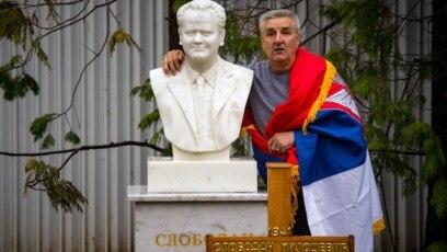 Čovjek pozira pored nadgrobnog spomenika pokojnom Slobodanu Miloševiću, optuženiku za ratne zločine pred Haškim tribunalom i bivšem predsedniku Srbije, Požarevac, Srbija, mart, 2016.