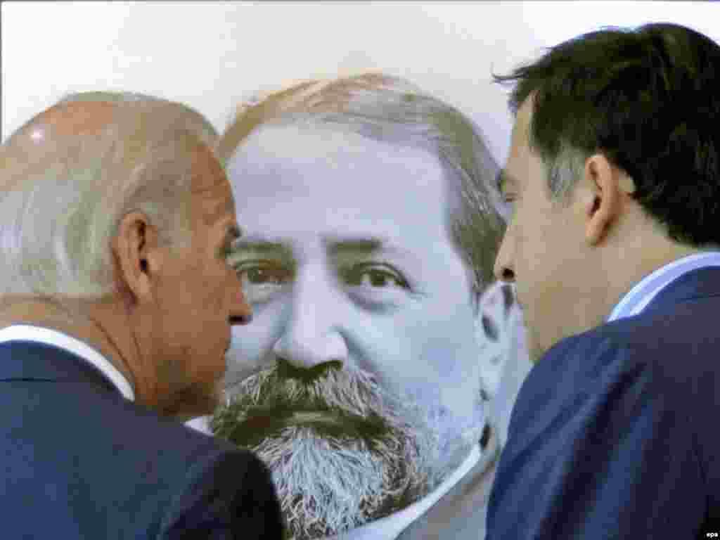 Джо Байден, Илья Чавчавадзе и Михаил Саакашвили. Позднее Байден рассказал, что спросил у Саакашвили: «Чей это портрет?»