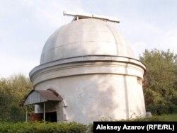 Каменка үстіртіндегі обсерватория мұнарасы. Алматы облысы, 1 қыркүйек 2006 жыл.