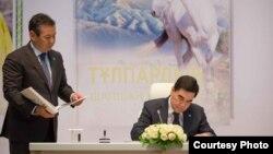 Гурбангулы Бердымухамедов на презентации переводов его книг на казахский язык. Астана, 19 апреля 2017 г.