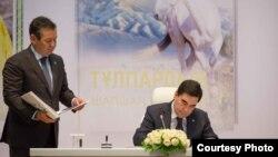 Презентация книг президента Туркменистана Гурбангулы Бердымухамедова в Астане, 19 апреля 2017 года.