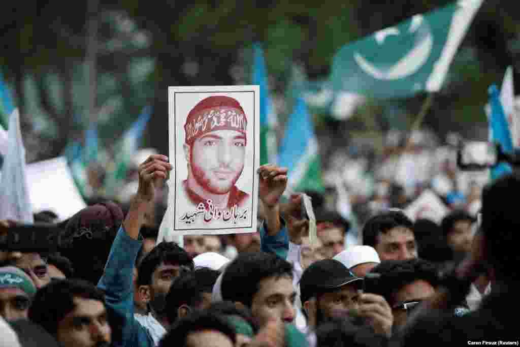 През 2016 г., бунтовническият лидер Бурхан Вани (изобразен на постера по време на протест в Пакистан) бе убит в престрелка с индийски части в Кашмир. Това постави началото на ожесточени демонстрации с човешки жертви. Премиерът на Пакистан предизвика гнева на Индия, обявявайки Вани за мъченик.