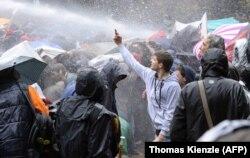 Многие миллениалы примерно так относятся к действующей политической системе. (Акция протеста в Штутгарте, Германия, 2015 год)
