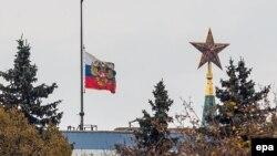Ռուսաստանի խոնարհված դրոշը Դաշնության խորհրդի շենքի տանիքին, Մոսկվա, 1-ը նոյեմբերի, 2015թ.