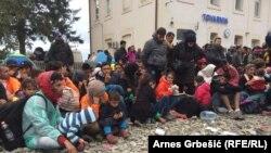 Izbjeglice u Tovarniku čekaju vlak