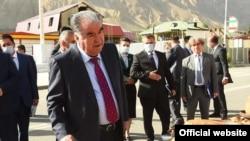 Эмомали Рахмон, правящий Таджикистаном 28 лет, встречается с простыми людьми перед очередными выборами. 20 августа 2020 года.