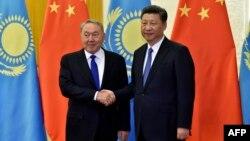 Президент Казахстана Нурсултан Назарбаев (слева) и президент Китая Си Цзиньпин обмениваются рукопожатием на форуме по инициативе «Один пояс, один путь». Пекин, 14 мая 2017 года.