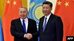 """Қазақстан президенті Нұрсұлтан Назарбаев """"Бір белдеу, бір жол"""" форумында Қытай президенті Си Цзиньпинмен қол алысып тұр. Пекин, 14 мамыр 2017 жыл."""