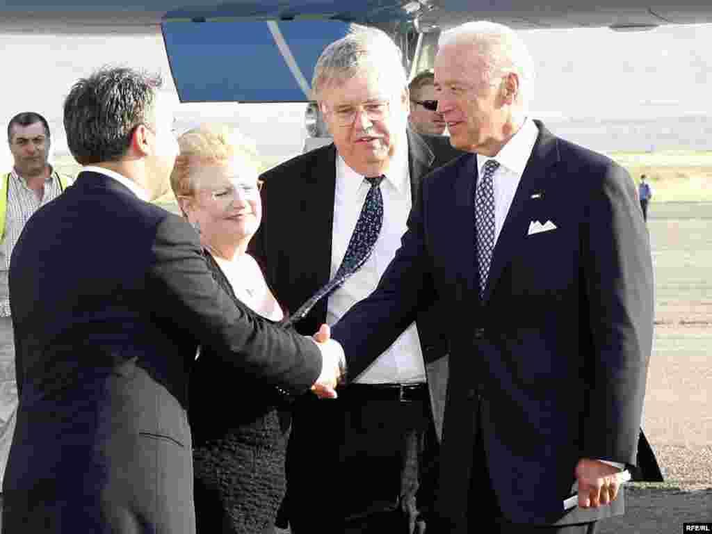 მაღალ სტუმარს საქართველოს პრემიერ-მინისტრი დახვდა - აეროპორტში ჯოზეფ ბაიდენს დახვდნენ საქართველოს პრემიერ-მინისტრი ნიკოლოზ გილაური (სურათზე - მარცხნივ), საგარეო საქმეთა მინისტრის მოადგილე გიგა ბოკერია, აშშ-ის ელჩი ჯონ ტეფტი (მარჯვნიდან მეორე) და სხვა ოფიციალური პირები.