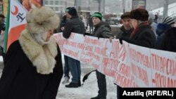 Tatar activists protest the Russian State Duma's new draft language law in Kazan on December 1.