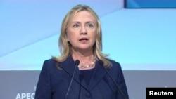 Hillary Clinton Asiya-Sakit okean İqtisadi Əməkdaşlıq Təşkilatının Vladivostokda keçirilən sammitində çıxış edərkən
