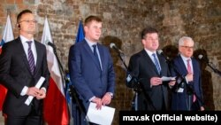 ჩეხეთის საგარეო საქმეთა მინისტრი ტომაშ პეტრიჩეკი (მარცხნიდან მეორე) ვიშეგრადის ჯგუფის საგარეო საქმეთა მინისტრების შეხვედრაზე
