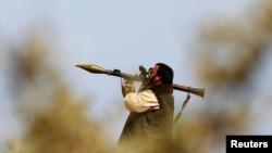Один из повстанцев в окрестностях города Бен Джавад