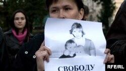 В Петербурге, не дожидаясь согласования с властями, правозащитники провели одиночные пикеты в поддержку Светланы Бахминой