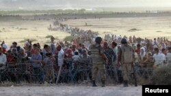 سربازان ترکیه در برابر هجوم آوارگان سوری