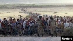 Кобани қаласынан босыған сириялық тұрғындар Түркия шекарасынан өте алмай тұр. 18 қыркүйек 2014 жыл.