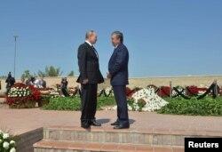 Ресей президенті Владимир Путин (сол жақта) мен Өзбекстан премьер-министрі Шавкат Мирзияев Ислам Каримовтің бейіті басында тұр. Самарқан, 6 қыркүйек 2016 жыл.