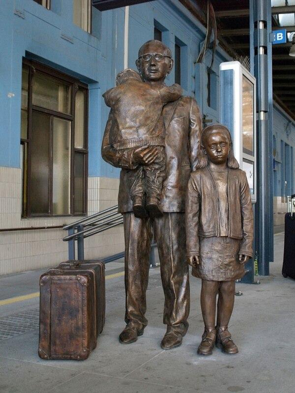 Памятник Николасу Уинтону на Главном вокзале Праги. Фото: Людек Коварж