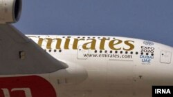 Логотип Emirates на одном из самолетов авиакомпании