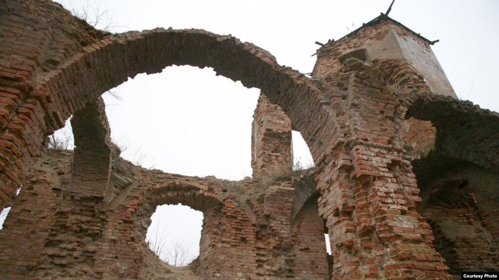 Замак перад пачаткам рэстаўрацыі.