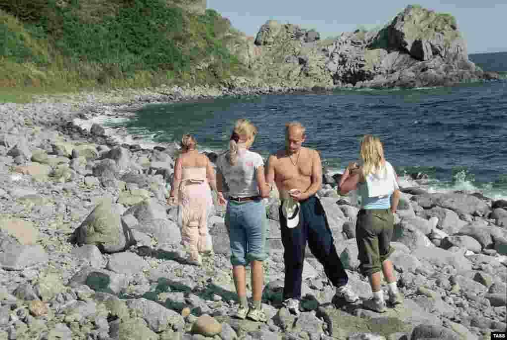 Путин на отдыхе с дочерьми и супругой, 2002 год.