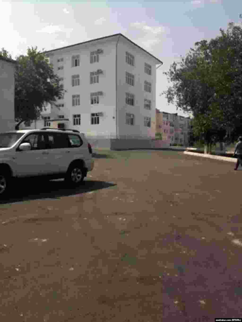Отремонтированный подъезд жилого дома, пострадавшего во время взрыва 16 июля в Ашхабаде