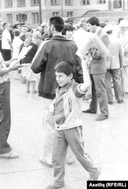 1991 елда бәйсезлек яклы митингларның берсендә газет таратучы татар малае