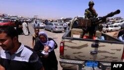 ارتش عقب نشته است و هزاران نفر از مردم در حال گریختن از منطه هستند
