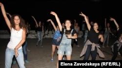 Ребята из танцевальной группы Коdans организовали флэшмоб
