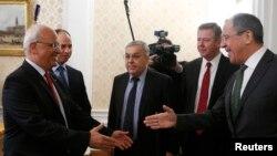 Sergei Lavrov (djathtas) duke u përshëndetur me palestinezin Saeb Erekat gjatë takimit ë Moskë