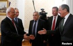 Архівне фото. Палестинський переговорник Саеб Ерекат (ліворуч) збирається тиснути руку главі МЗС Росії Сергію Лаврову. 22 грудня 2014 року