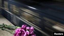 Në shenjë përkujtimi të atyre që humbën jetën nga sulmet në metronë e Moskës, 29 mars 2010.