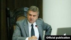 Премьер-министр Карен Карапетян ведет заседание правительства (архив)
