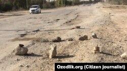 Разбитая дорога в Гузарском районе Кашкадарьинской области Узбекистана.