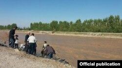 Жалал-Абад облусундагы дарыя жээгин бекемдөө иштери. 2-май, 2017-жыл.