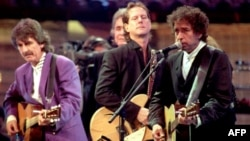 Bob Dylan (D), George Harrison (L) i Johny Cash (C), New York, 1992.