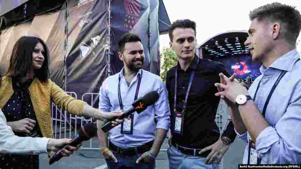 Кореспондент Радіо Свобода Яна Полянська бере інтерв'ю у ведучих «Євробачення»